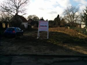 Grundstück jetzt mit Bauschild